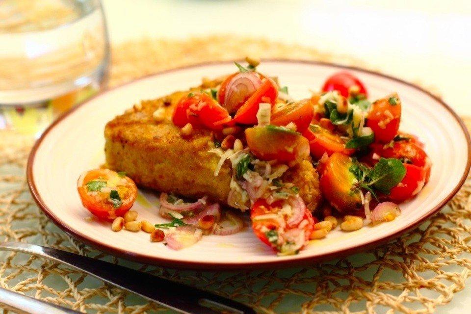 Жареный тунец с салатом