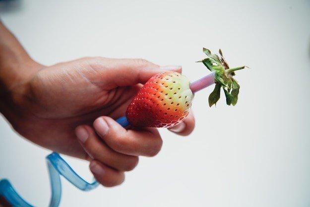 Как очистить клубнику - проткните ягоду трубочкой для коктейлей
