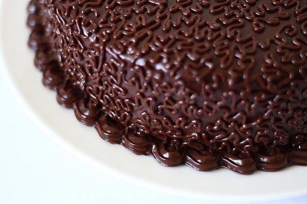Торт Каро с украшением из шоколада